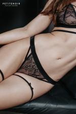 String dentelle et velours : Une lingerie haut de gamme qui allie le raffinement de la dentelle à la douceur du velours.